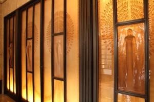 ガラスレリーフの扉